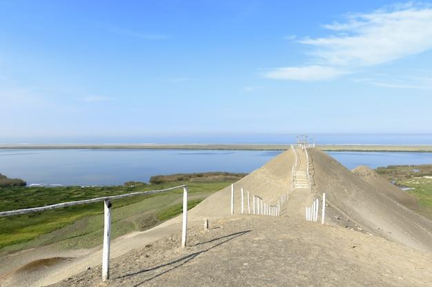 Beau paysage de lagune d'un demi-monde situé dans le quartier de vegueta, à huacho.