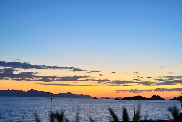Beau paysage marin au coucher du soleil sur la mer avec des couleurs pastel bleues à turgutreis, bodrum, turquie
