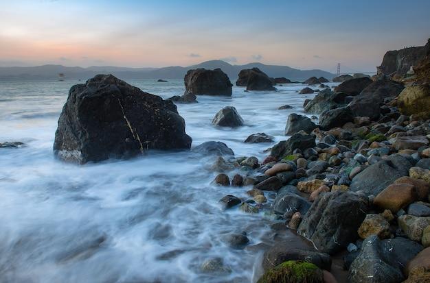 Beau paysage marin au coucher du soleil sur la plage à san francisco