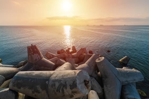 Beau paysage marin au coucher du soleil