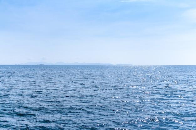 Beau paysage marin avec un ciel bleu