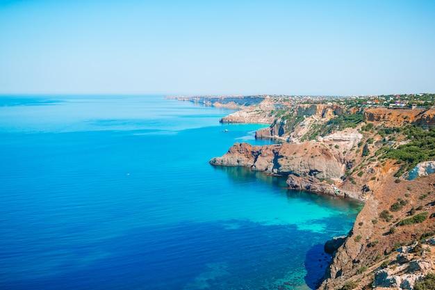 Beau paysage marin. incroyable composition de la nature avec des montagnes et des falaises.