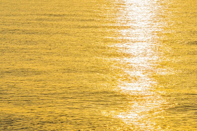Beau paysage marin de la lumière du soleil sur la mer et l'eau de l'océan
