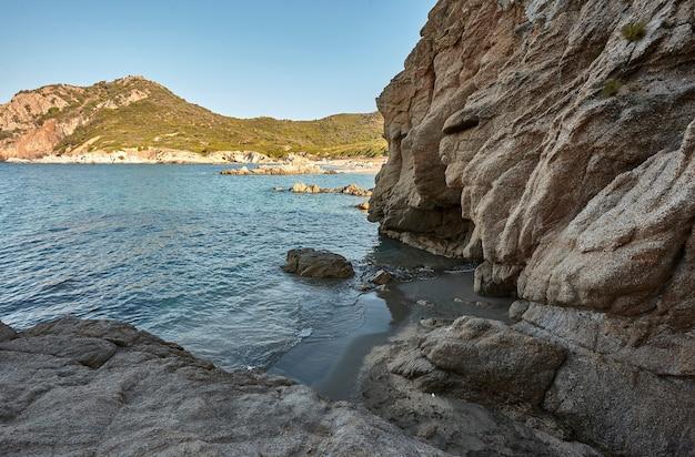 Beau paysage marin avec prise de vue grand angle de la sortie d'une grotte avec la mer et le rivage
