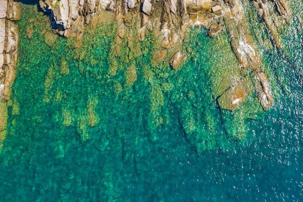 Beau paysage marin rocheux turquoise. vue aérienne de la plage de la mer ligure. camogli près de gênes