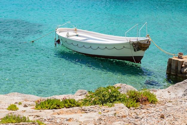 Beau paysage marin avec voilier blanc dans la mer bleue. abaissé les voiles, calme.