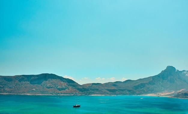 Beau paysage marin, voilier sur fond de falaise. le concept de voyage, de loisirs, de tourisme.