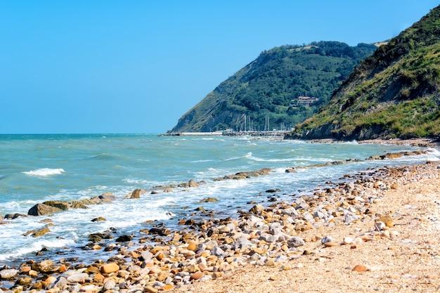 Beau Paysage Marin Avec Vue Sur La Mer Et Les Montagnes Le Jour D'été, Bord De Mer Avec Des Galets Et Photo Premium
