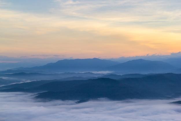Beau paysage le matin avec du brouillard à doi samer dao, parc national de sri nan, province de nan, thaïlande