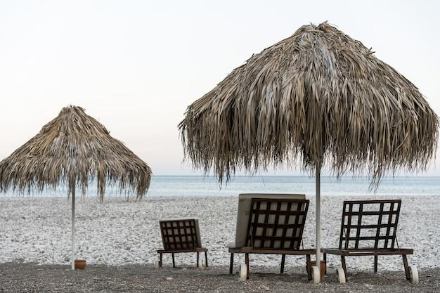 Beau paysage de mer avec des chaises de plage