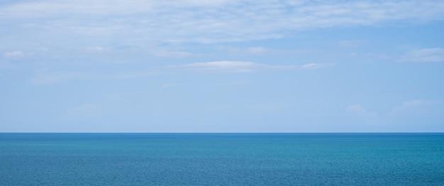 Beau paysage de mer avec ciel bleu et petits nuages aux beaux jours à la thaïlande