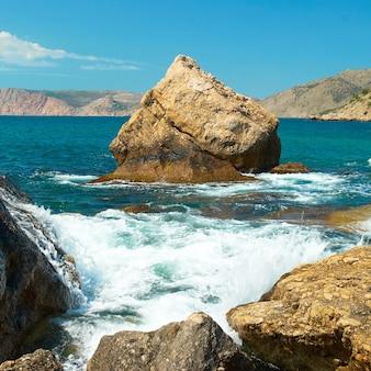 Beau paysage de mer avec rivage et rochers