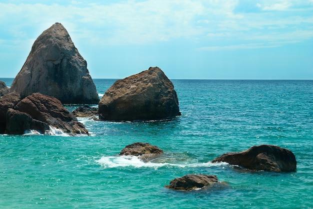 Beau paysage de mer, rivage et rochers