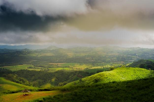 Beau paysage de montagne dans l'hiver des personnes solitaires.