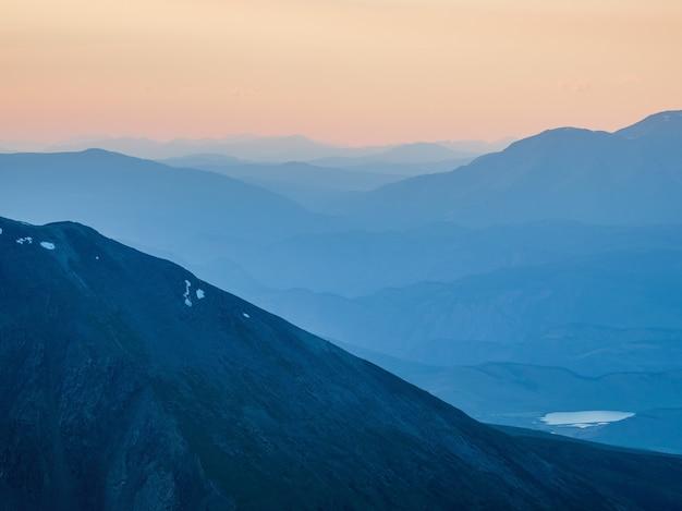 Beau paysage de montagne avec du ciel coucher de soleil de couleurs rose orange lilas violet magenta. dégradé de ciel d'aube lisse et coloré. fond de nature du lever du soleil. le paradis du matin incroyable.