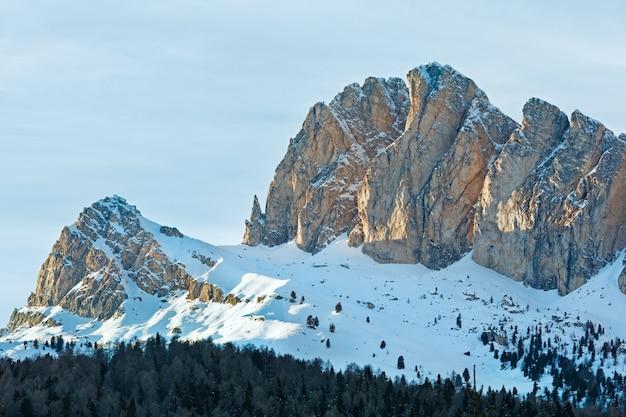 Beau paysage de montagne d'hiver avec forêt de sapins sur la pente du col de falzarego