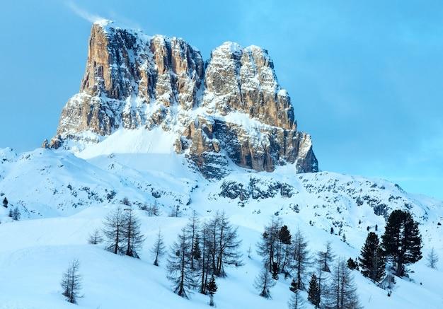 Beau paysage de montagne d'hiver avec sapin sur pente falzarego pass