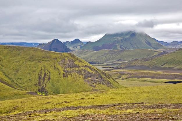 Beau paysage de montagne en islande. nature et lieux pour de merveilleux voyages