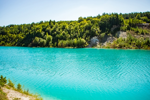 Beau paysage de montagne un lac avec une eau turquoise inhabituelle