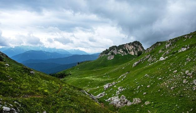 Beau paysage de montagne par une journée d'été nuageuse. république adygée