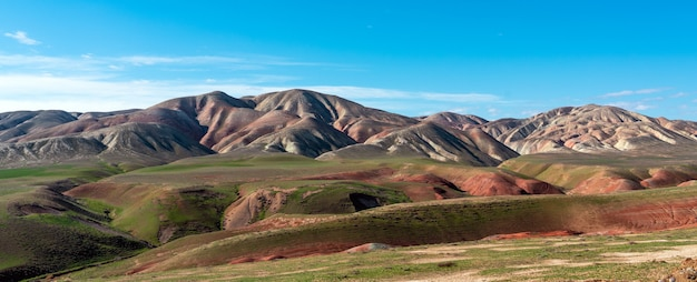 Beau paysage de montagne avec des pentes et un ravin incroyables