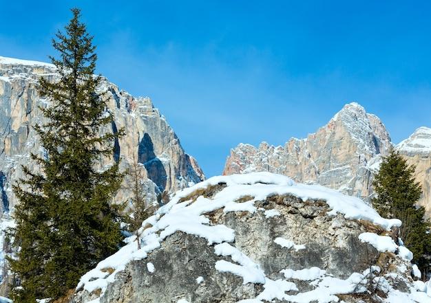 Beau paysage de montagne rocheuse d'hiver. italie dolomites, au pied du passo gardena, tyrol du sud