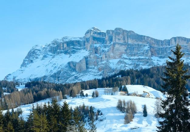 Beau paysage de montagne rocheuse d'hiver et maisons sur la pente