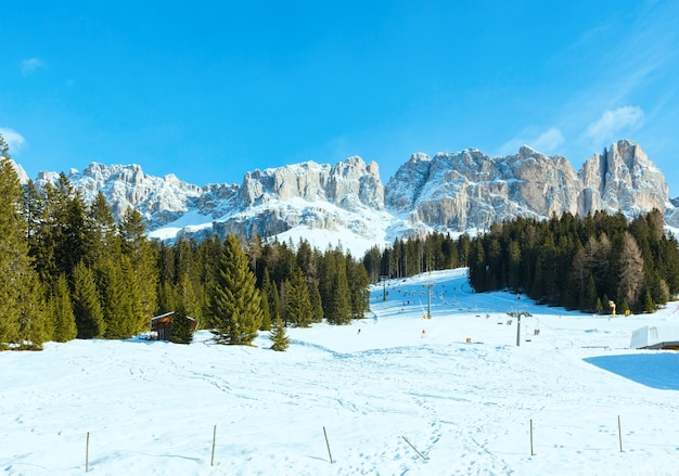 Beau paysage de montagne rocheuse d'hiver. vue depuis la great dolomites road grande giro delle dolomiti