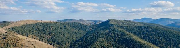 Beau paysage de montagne, avec des sommets couverts de forêt et un ciel nuageux. montagnes d'ukraine, europe.