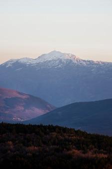 Beau paysage avec montagne
