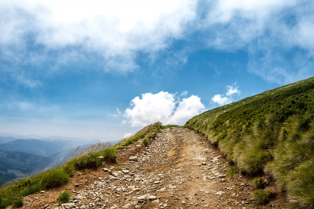 Beau paysage de montagnes des carpates ukrainiennes et ciel nuageux.
