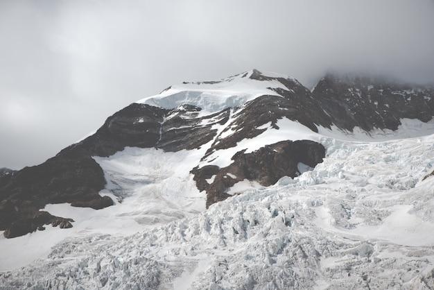 Beau paysage de montagnes et de collines blanches et enneigées