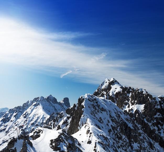 Beau paysage avec des montagnes enneigées. ciel bleu. horizontal. alpes, autriche.