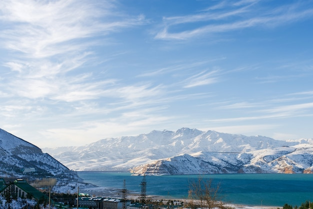 Beau paysage de montagnes enneigées et lac
