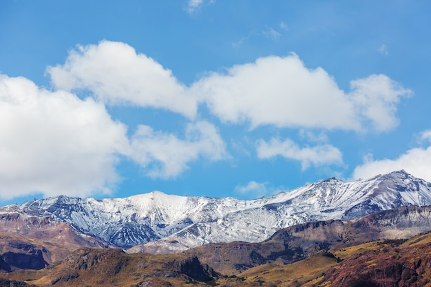 Beau paysage de montagnes le long de la route de gravier carretera austral dans le sud de la patagonie, chili