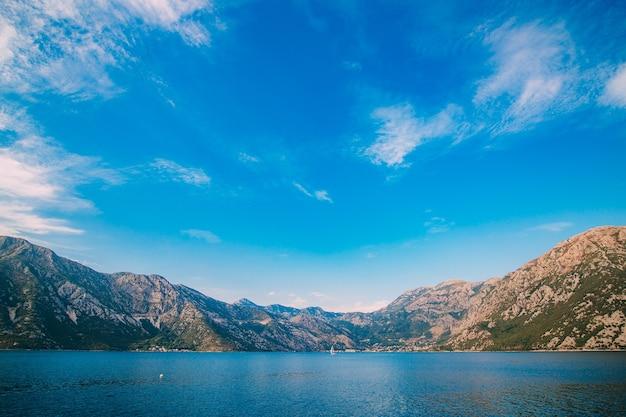 Beau paysage de montagnes nature
