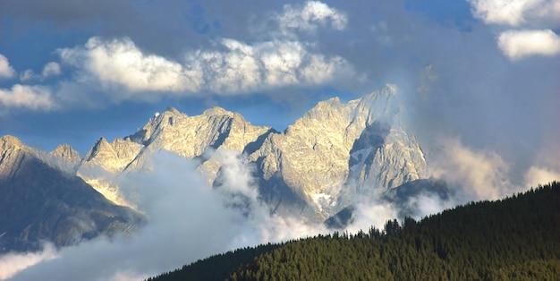 Beau paysage avec des montagnes rocheuses