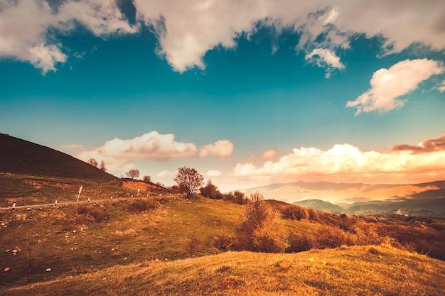 Beau paysage avec des montagnes verdoyantes et un magnifique ciel nuageux