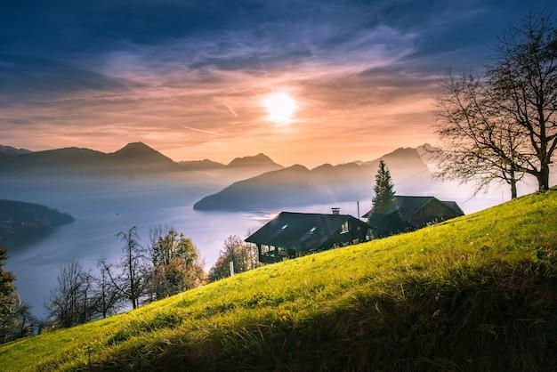 Beau paysage nature coucher de soleil comprennent le lac de montagne contre le ciel de lucerne suisse