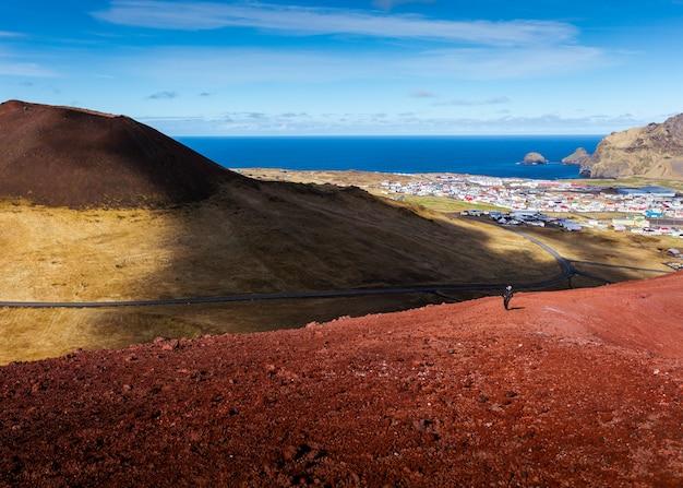 Beau paysage naturel d'un champ avec un ciel bleu