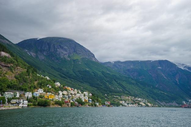Beau paysage norvégien avec fjord à odda, lieux touristiques en norvège, vue pour carte postale et papier peint