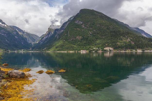 Beau paysage norvégien. vue sur les fjords. norvège reflet idéal du fjord dans une eau claire.
