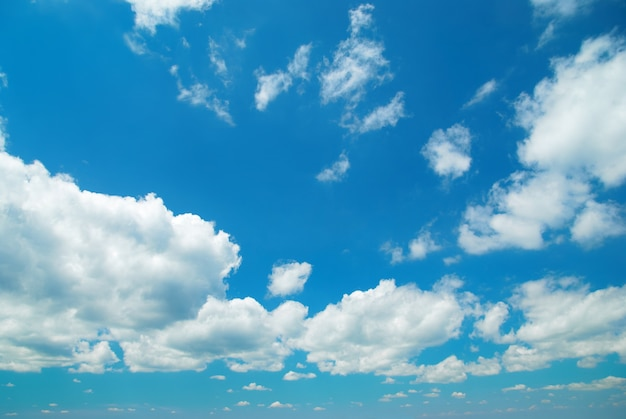 Beau paysage de nuages avec des clounds moelleux
