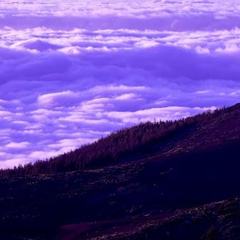 Beau paysage avec des nuages. rêves violets