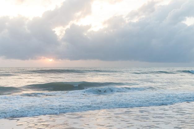 Beau paysage océanique. ciel et mer