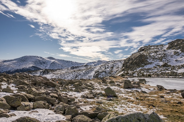 Beau paysage d'un paysage enneigé avec des falaises rocheuses sous un ciel nuageux