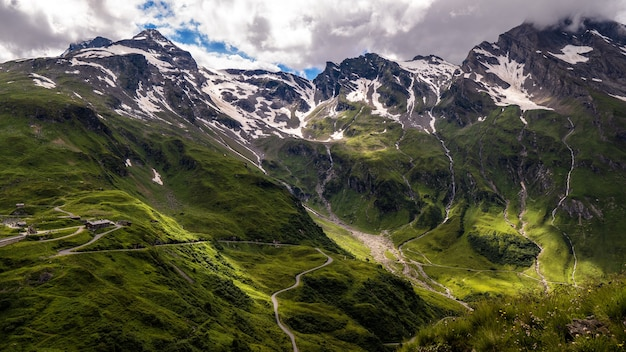 Beau paysage d'un paysage montagneux recouvert de neige sous un ciel nuageux