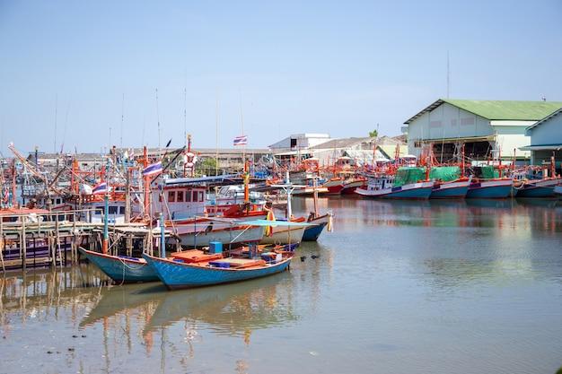 Beau paysage pêcheur de navires à quai en thaïlande