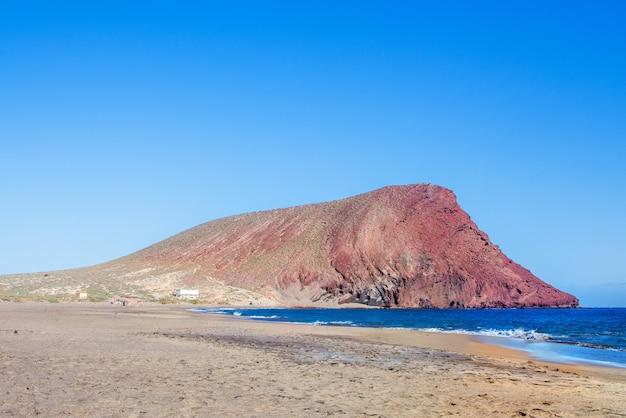 Beau paysage de playa de la tejita et montaa roja à tenerife, deux des endroits les plus touristiques de l'île.