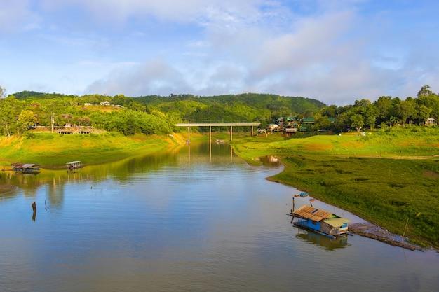 Beau paysage de ponts et de maisons au bord de la rivière.